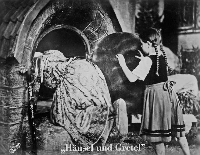 """""""Hänsel und Gretel"""" (D 1940): Gretel (Gisela Bussmann) schubst die Hexe (Elsa Wagner) in den Ofen / Quelle: SDK"""