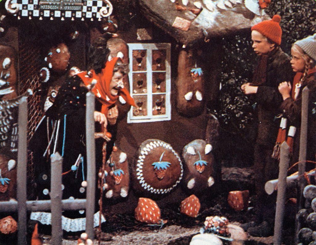 """""""Hänsel und Gretel"""" (BRD 1954): Die Geschwister treffen die böse Hexe (Barbara Gallauner) im Wald / © Kinowelt"""