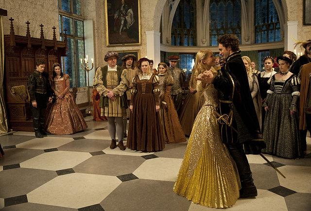 Happy End: In der ARD-Verfilmung erobert Allerleirauh (Henriette Confurius) den Prinzen / © NDR/Marion v. d. Mehden