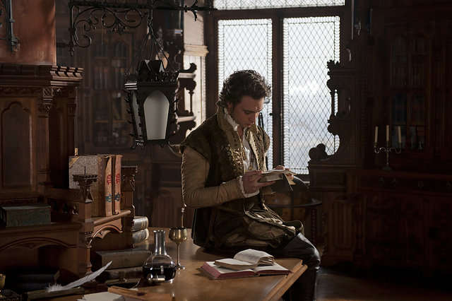 Renaissancefürst: König Jakob (André Kaczmarczyk) liest gern Shakespeare-Verse / © NDR/Marion v. d. Mehden