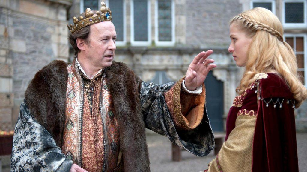 Heikel: König Tobalt (Ulrich Noethen) will seine Tochter (Henriette Confurius) heiraten / © NDR/Marion v. d. Mehden