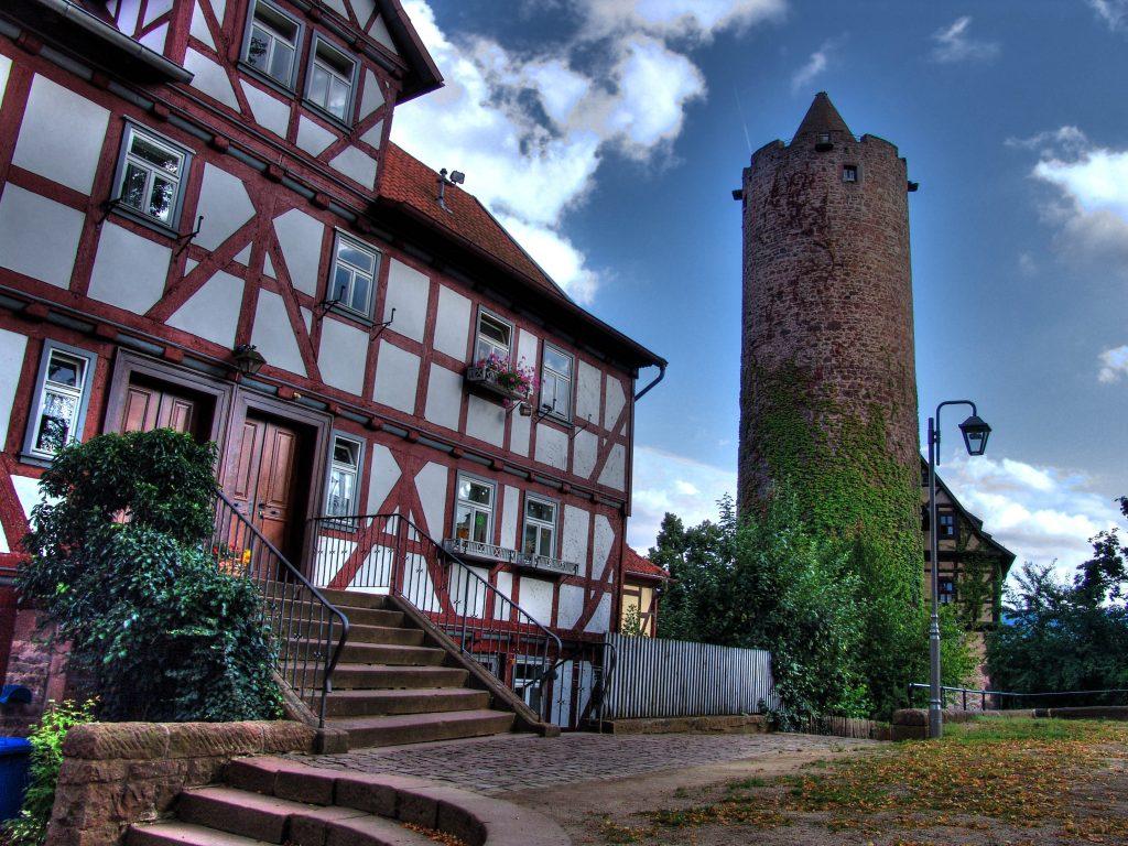 Schlitz: Der Hinterturm, ein 36 Meter hoher Bergfried, ist eines der Wahrzeichen der Stadt / © Dieter Kaiser/pixelio.de