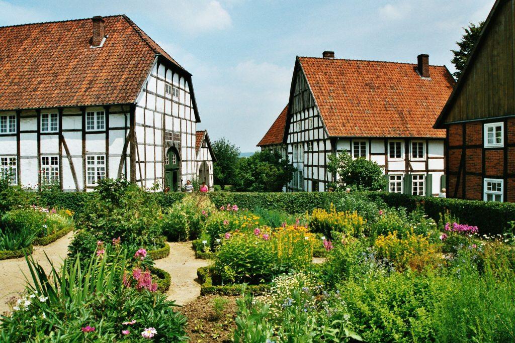 """Freilichtmuseum Detmold: Zum Areal gehören die Fachwerkhäuser im """"Paderborner Dorf"""" / © Jochen Zülka/pixelio.de"""