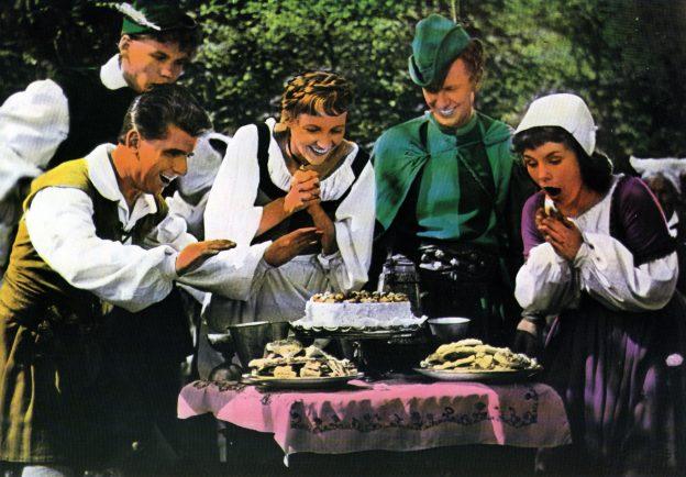 Tischlein deck dich (BRD, 1956, R: Fritz Genschow): Peter (Wolfgang Draeger, 2. v. r.) erhält ein Zaubertischlein zum Lohn von seinem Meister / © Medienproduktion und Vertrieb Genschow