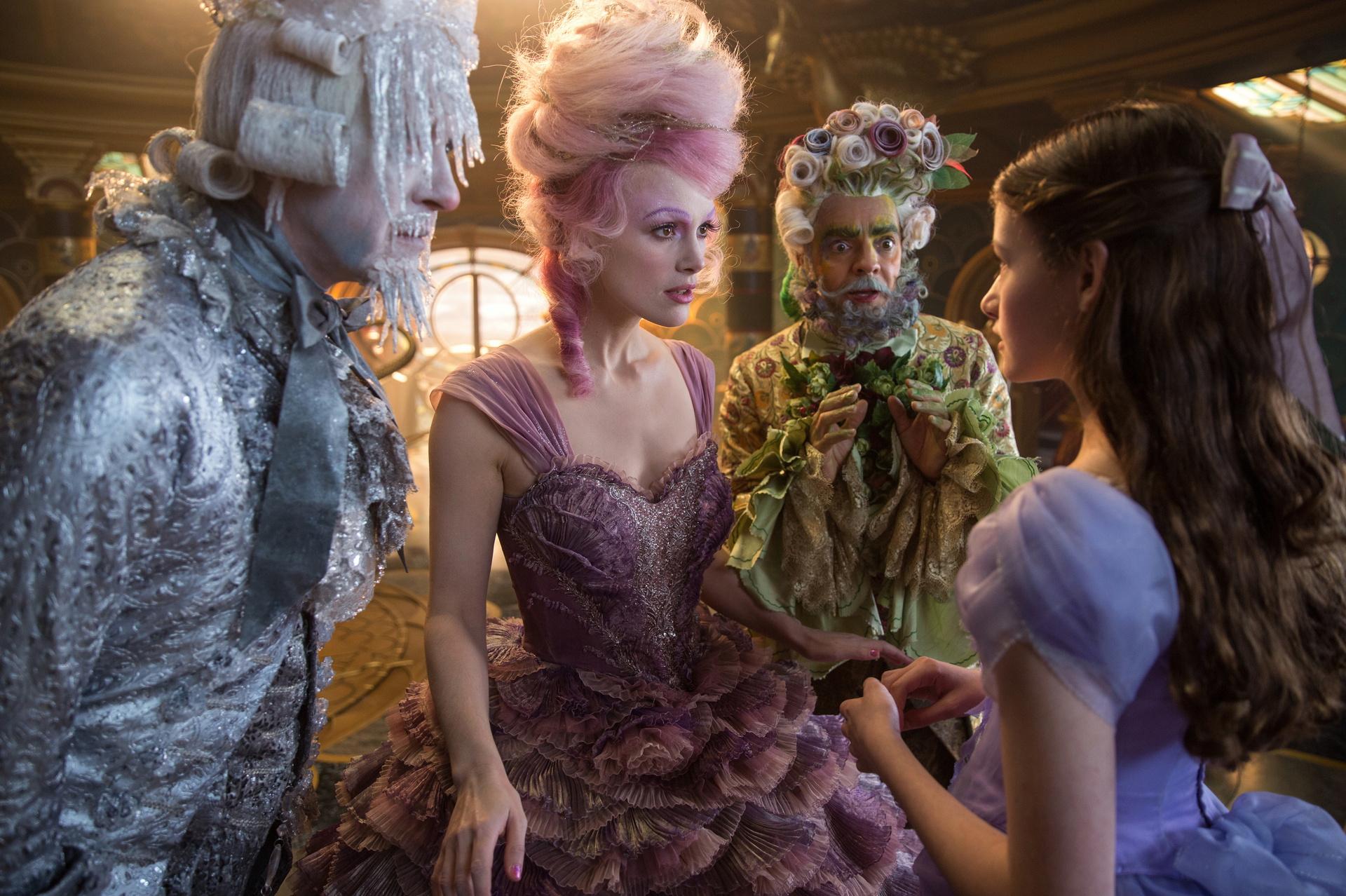 Skurrile Gestalten: Clara (Mackenzie Foy, r.) trifft in der Fantasiewelt die Zuckerfee (Keira Knightley) / © Disney 2018