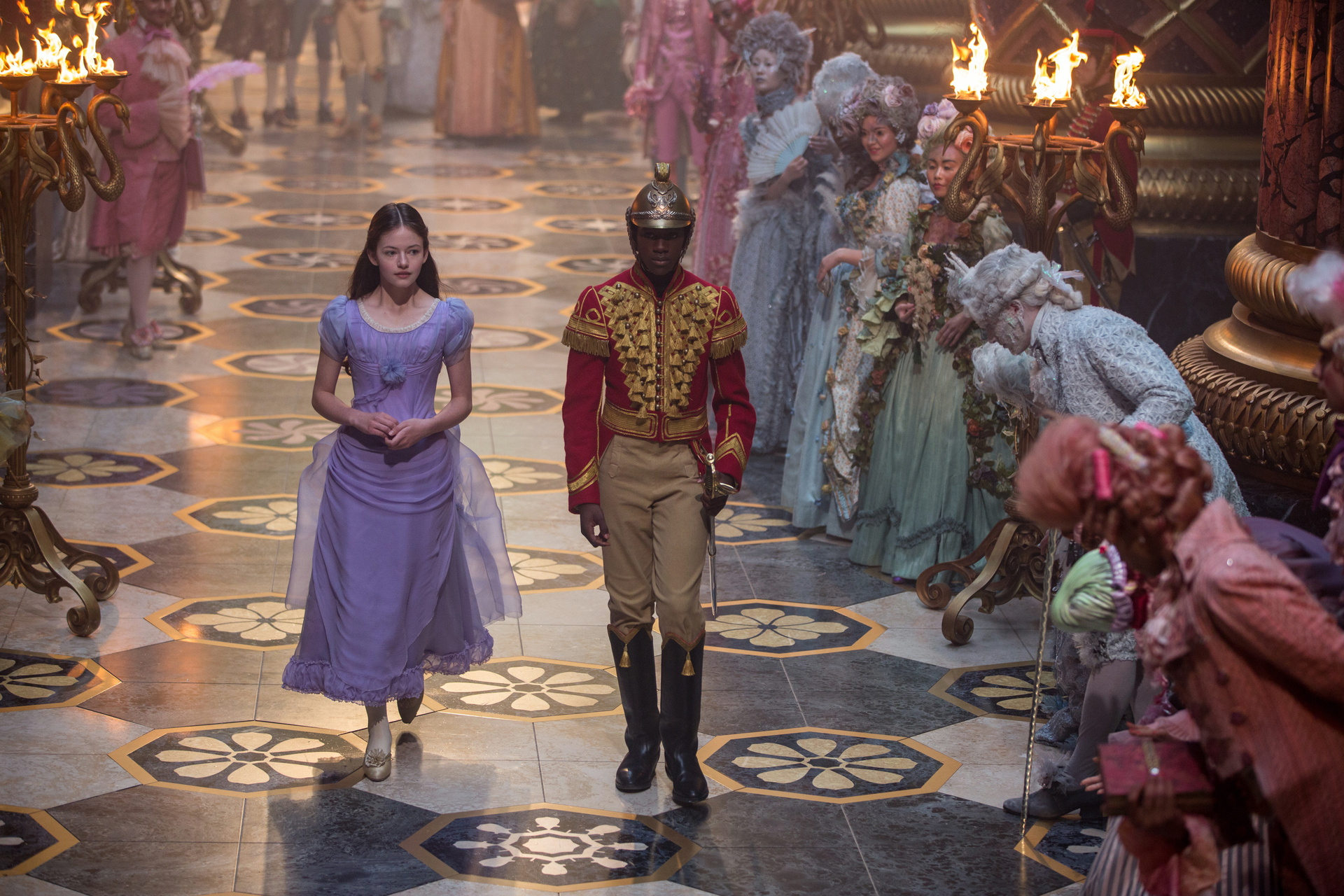 Sidekick: Philip (Jayden Fowora-Knight) steht Clara (Mackenzie Foy) bei ihren Abenteuern zur Seite / © Disney 2018
