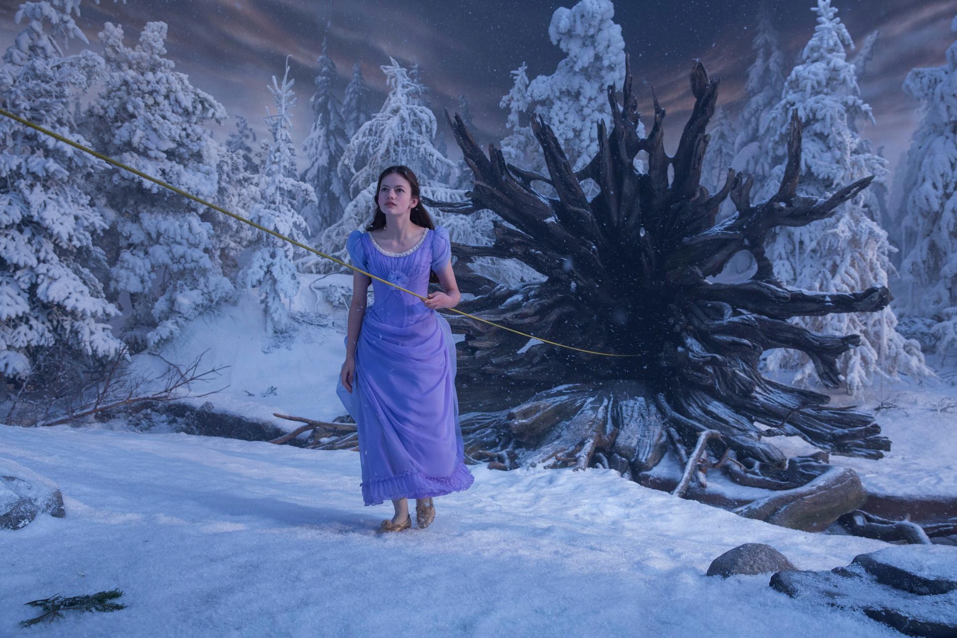 Umsteigepunkt: Clara (Mackenzie Foy) gelangt durch eine Baumwurzel in die verschneite Fantasiewelt / © Disney 2018