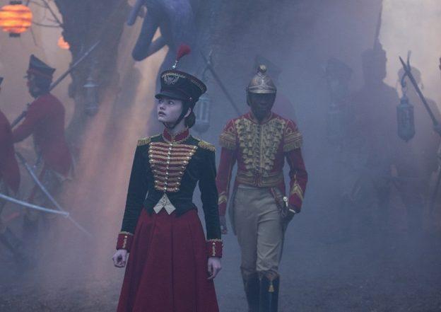Krieg: Clara (Mackenzie Foy) und Philip (Jayden Fowara-Knight) marschieren ins Vierte Reich ein / © Disney 2018