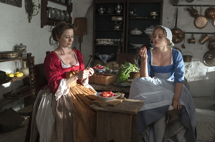 Erdbeersymbolik: Lisbeth (Luise v. Finckh, r.) ist verliebt, aber nicht in Frau Glück (Inka Friedrich) / © rbb/Michael Rahn