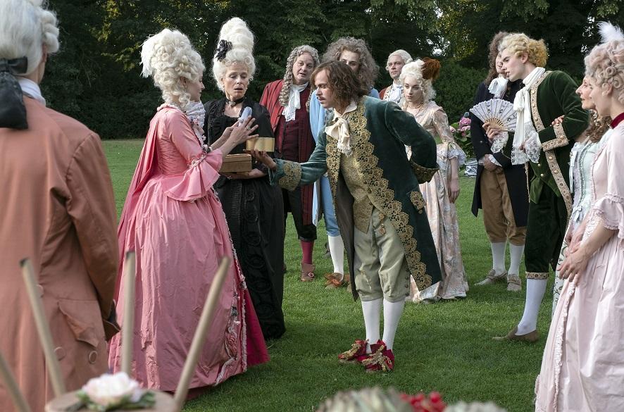 Liebesbeweis: Prinz Ludwig (Jonas Lauenstein, M.) beschenkt Prinzessin Aurora (Josefine Voss) / © rbb/Michael Rahn