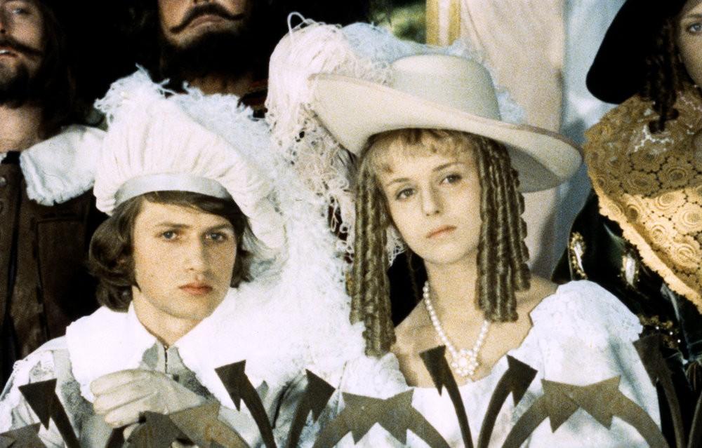Ganz in Weiß: Prinz Jaroslav (Jan Hrušinský) und Prinzessin Rosa (Marie Horáková) / © Barrandov-Filmstudio