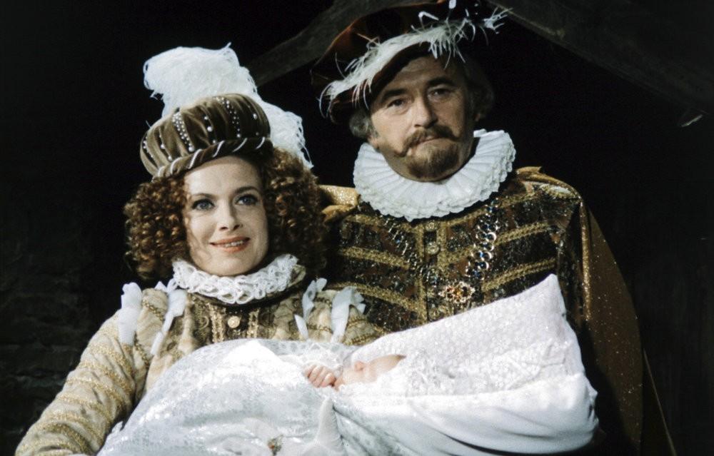 Freude: Das Königspaar (Milena Dvorská, Jirí Sovák) mit der kleinen Prinzessin Rosa / © Barrandov-Filmstudio
