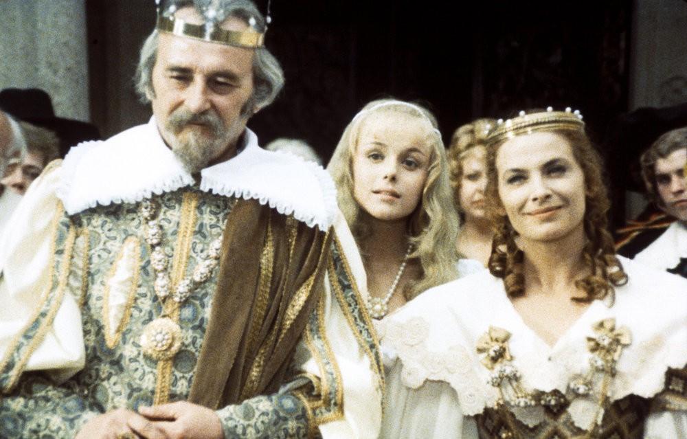 Brautwerbung: Prinzessin Rosa (Marie Horáková, M.) und ihre Eltern sind gespannt / © Barrandov-Filmstudio