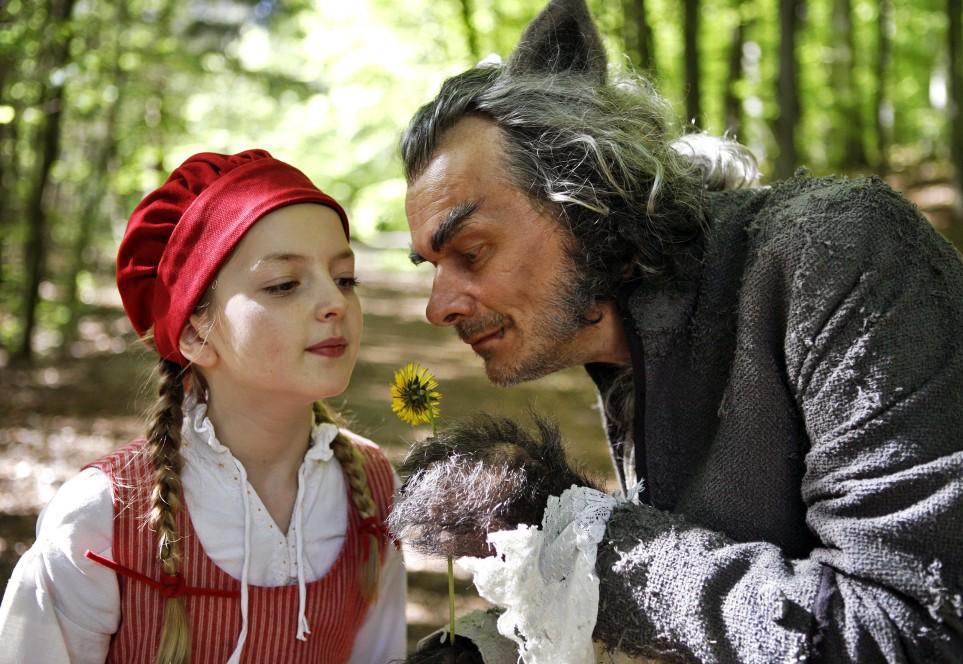 """""""Rotkäppchen"""" (2012): Der Wolf (Edgar Selge) zeigt Rotkäppchen (Amona Aßmann) die Blumen / © HR/Felix Holland"""