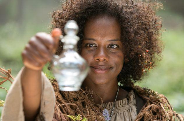 Ein bisschen exotisch: Schauspielerin Denise M'Baye hilft als Zauberin Salwa den Guten / © WDR/Kai Schulz