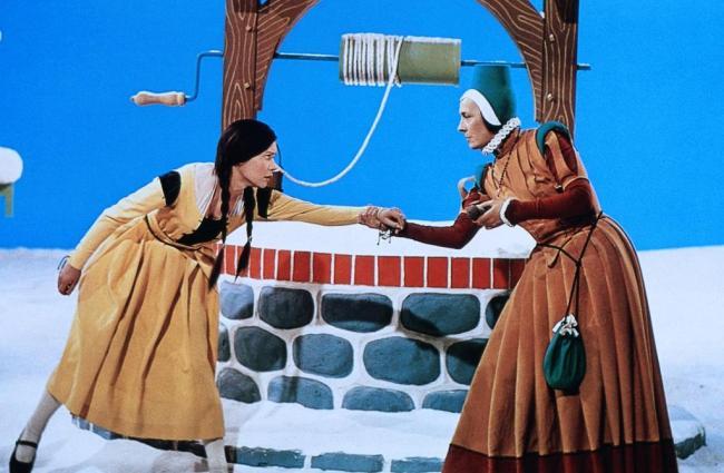 """""""Frau Holle"""" (DDR 1963): Die faule Tochter (Katharina Lind, l.) soll auch in den Brunnen springen / © MDR"""