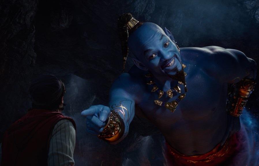 Männerfreundschaft: Dschinni (Will Smith) zaubert nicht nur, er beschützt Aladdin auch (Mena Massoud) / © Disney
