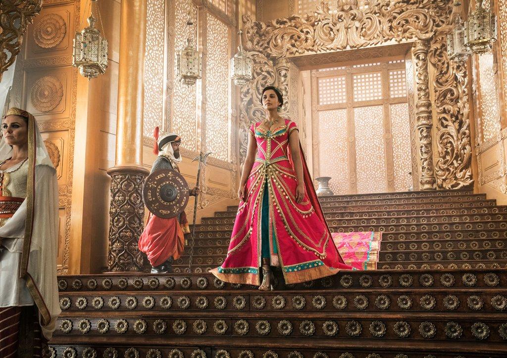 Pink Girl: Die Farbe täuscht, weil die Sultanstochter Jasmin (Naomi Scott) keine Klischee-Prinzessin ist / © Disney