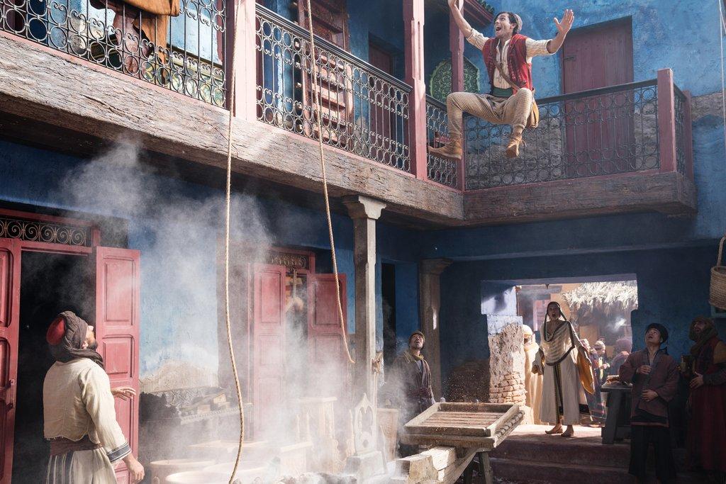 Auf der Flucht: Der sportliche Straßendieb Aladdin (Mena Massoud) hält sich mit Verfolgungsjagden fit / © Disney