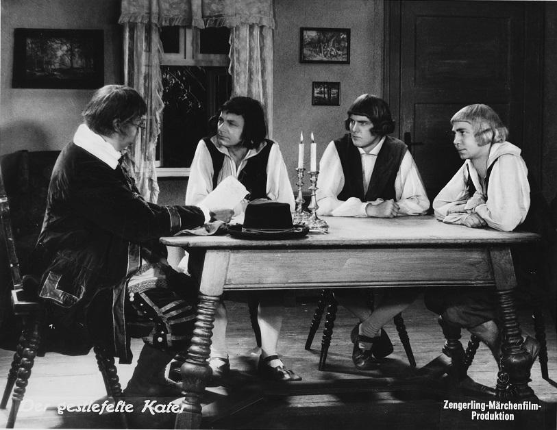 """""""Der gestiefelte Kater"""" (1935): Notar Schulze liest den drei Müllerssöhnen das Testament des Vaters vor / Quelle: SDK"""