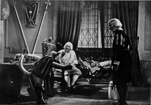 Der gestiefelte Kater (1935): Der Titelheld (Paul Walker) stellt sich beim König (Hans Pokorny, M.) vor / Quelle: Stiftung Deutsche Kinemathek