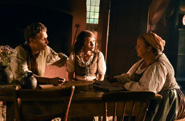 Es war einmal: Mutter Stine (Gabriela Maria Schmeide, r.) erzählt Andrees (Rafael Gareisen) und Maren (Janina Fautz) von der Regentrude / © NDR/Marion v. d. Mehden