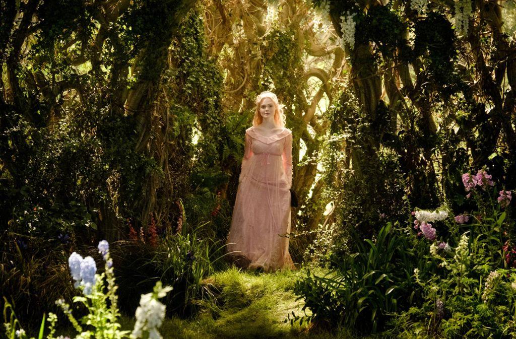 Ein Traum in Rosa: Prinzessin Aurora (Elle Fanning) wandelt durch den Feenwald / © 2019 Disney Enterprises