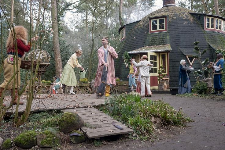 Multikulti-WG in der Käseglocke: Die zwölf Monate vor ihrem Wohnhaus im Wald / © Radio Bremen/Michael Ihle