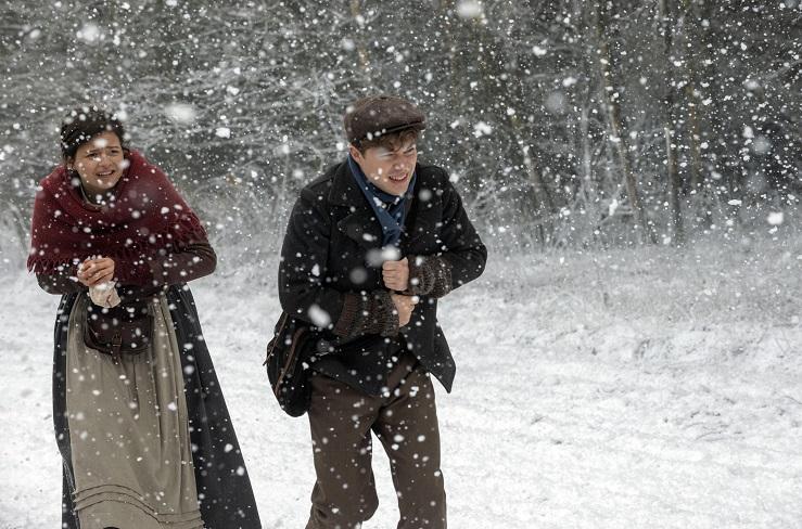Schwere Aufgabe: Valentin (Jascha Rust) und Luise (Nina Kaiser) mitten im Schneesturm / © Radio Bremen/Michael Ihle