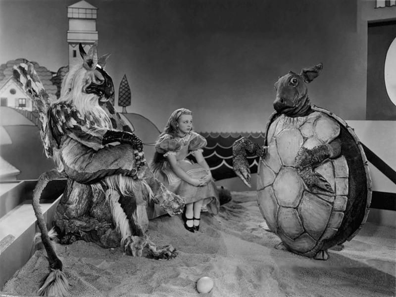 Stars im Kostüm: Der damals 29-jährige Cary Grant (r.) spielt die todtrautige Suppenschildkröte / © Studiocanal