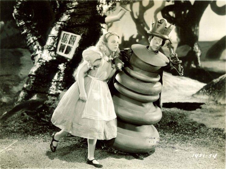 Skurrile Gestalten: Alice (Charlotte Henry) trifft die Rote Königin (Edna May Oliver) / © Studiocanal