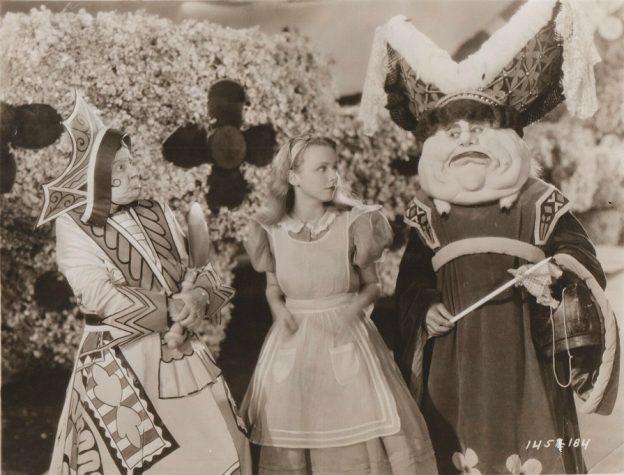 Headerfoto: Alice (Charlotte Henry, M.) im Wunderland zwischen der Herzogin (Alison Skipworth, l.) und der Köchin (Lilian Harmer) / © Paramount Pictures