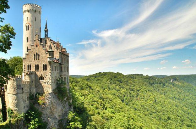 """Schloss Lichtenstein in Baden-Württemberg ist einer der Drehorte für die ARD-Verfilmung """"Dornröschen"""" / © Dieter Poschmann / pixelio.de"""