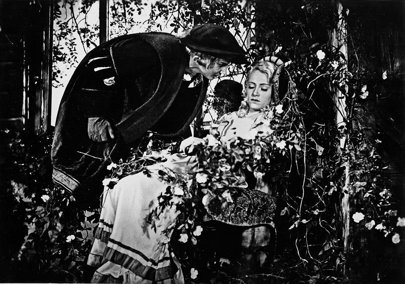 Dornröschen (1936): Der Prinz (Peer Baedeker) will die Prinzessin (Ilse Petri) aus ihrem Schlaf wecken / Quelle: SDK