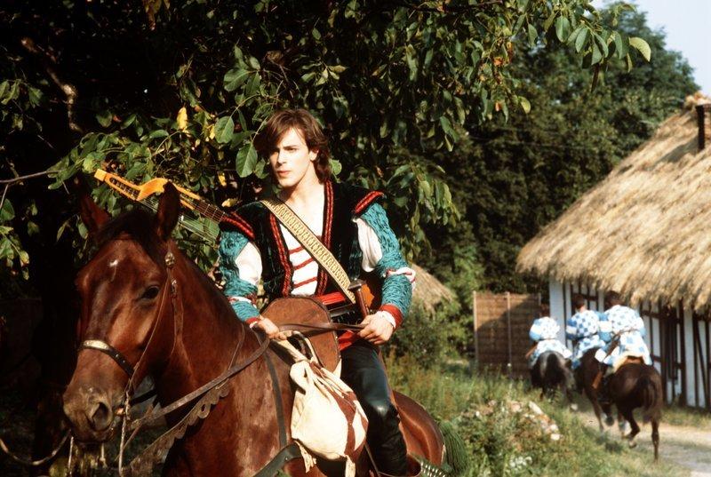 Dornröschen (1990): Prinz Wilhelm (Gedeon Burkhard) möchte die Prinzessin aus ihrem Schlaf wecken / © KSM GmbH