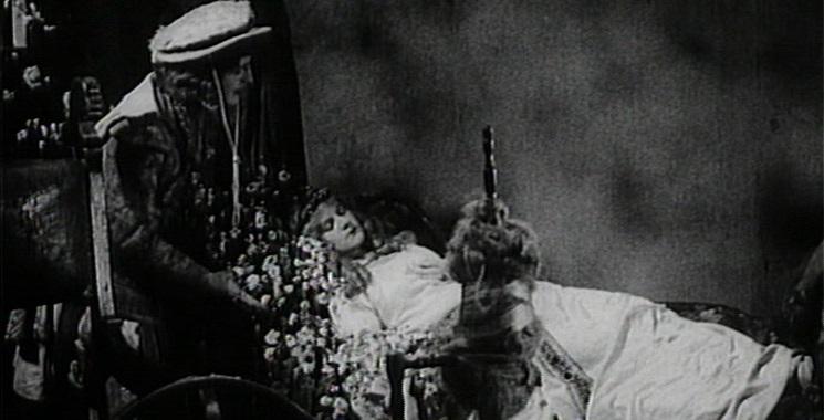 Dornröschen (1929/34): Der Prinz (Fritz Henning) findet die schlafende Prinzessin (Dorothy Douglas) im Turm.