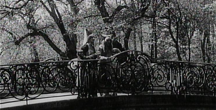 Dornröschen (1929/34): Die Prinzessin (r.) steht mit ihrer Kammerzofe auf einer Brücke im Schlosspark Nymphenburg.