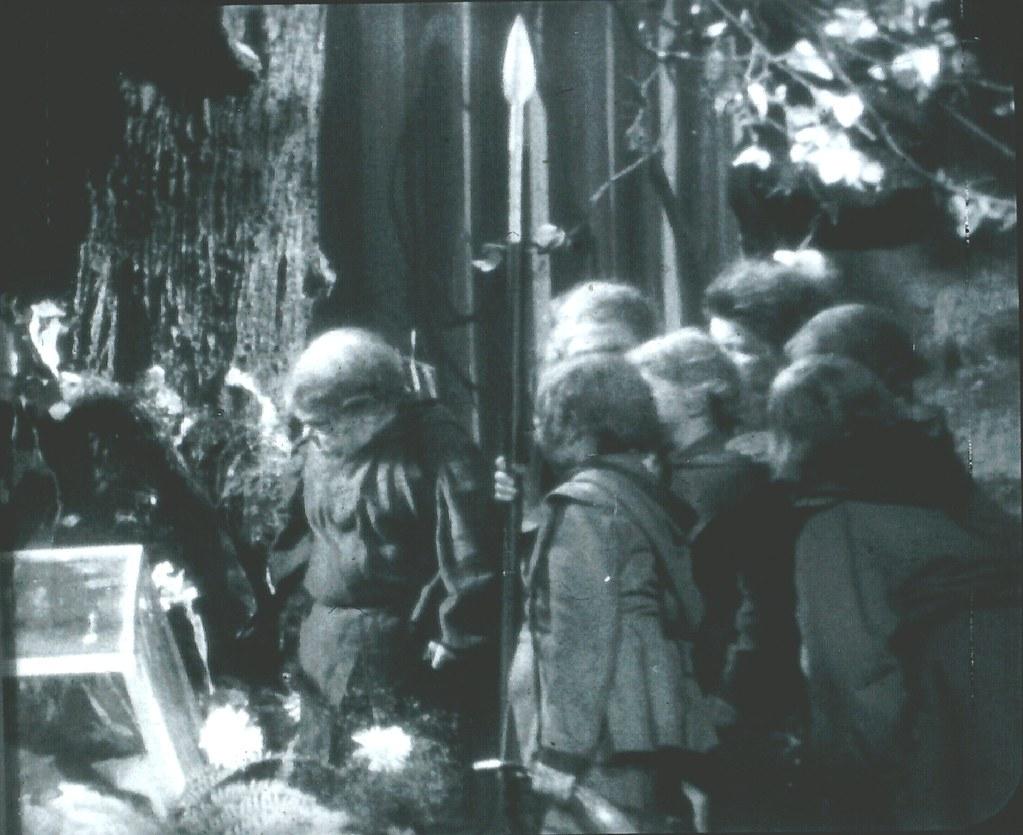Schneewittchen und die sieben Zwerge: Die kleinen Männer trauern am Sarg der Königstochter / © Schongerfilm