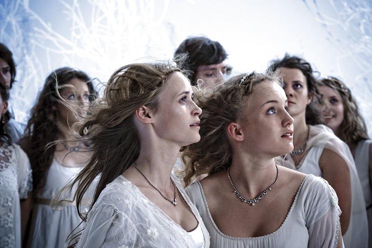 Windmaschine im Märchen: Die Prinzessinnen werden ein wenig klischeehaft inszeniert / © ARD/MDR/Nik Konietzny