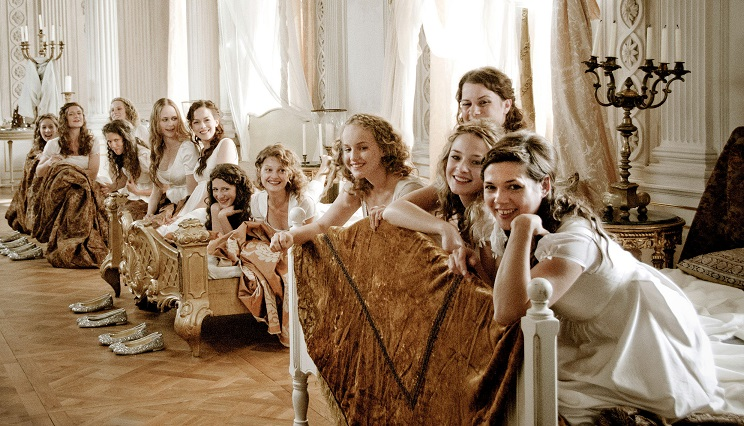 Drehort: Die zwölf Prinzessinnen schlafen in einem Zimmer des Schlosses Friedrichsfelde / © ARD/MDR/Nik Konietzny