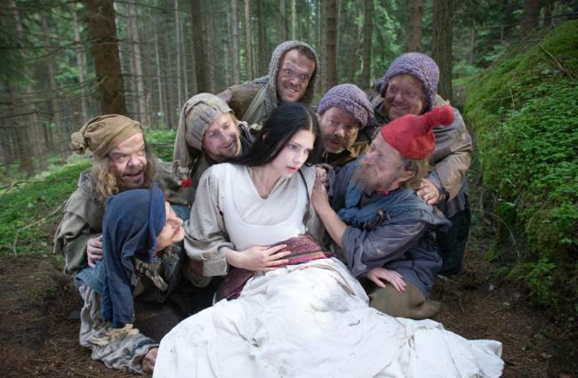 Schneewittchen (2009): Die damals 19-jährige Laura Berlin als Titelfigur wird umringt / © BR/Andreas Wünschirs