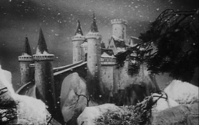 Schneewittchen und die sieben Zwerge (1939): Das Schloss ist auf Leinwand gemalt. Flocken fallen vom Studiohimmel.