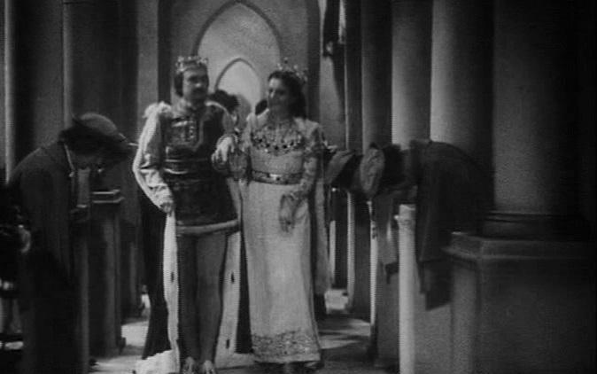 Schneewittchen und die sieben Zwerge (1939): Spitzbögen und Säulen dominieren das Innere des Studioschlosses.