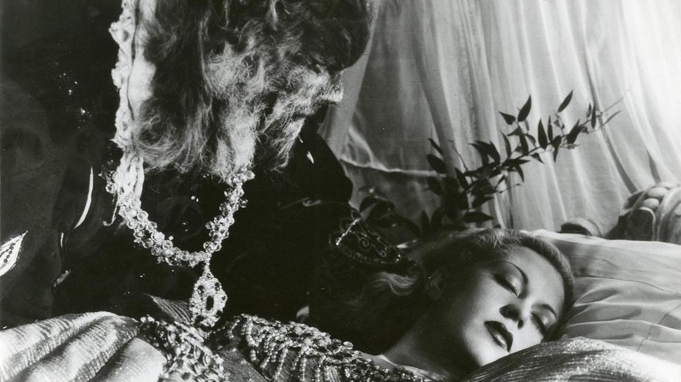 Die Schöne und das Biest (1946): Die Bestie (Jean Marais) beobachtet Belle (Josette Day) im Schlaf / © Ring-Film