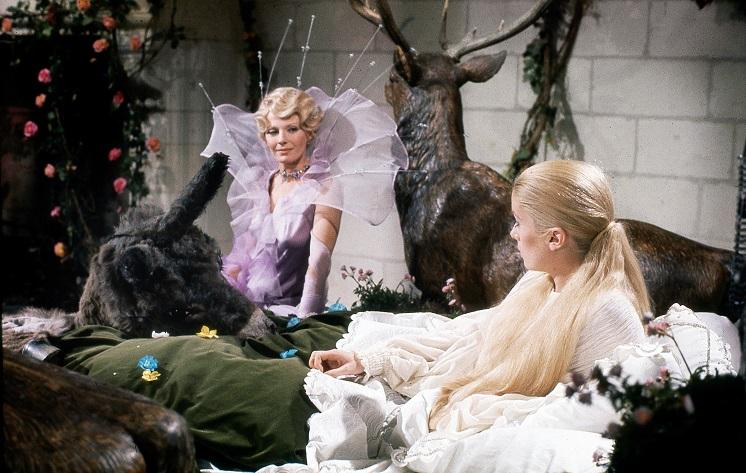 Eselshaut (1970): Die Flieder-Fee (Delphine Seyrig) hilft der Prinzessin (Catherine Deneuve) / © Studiocanal