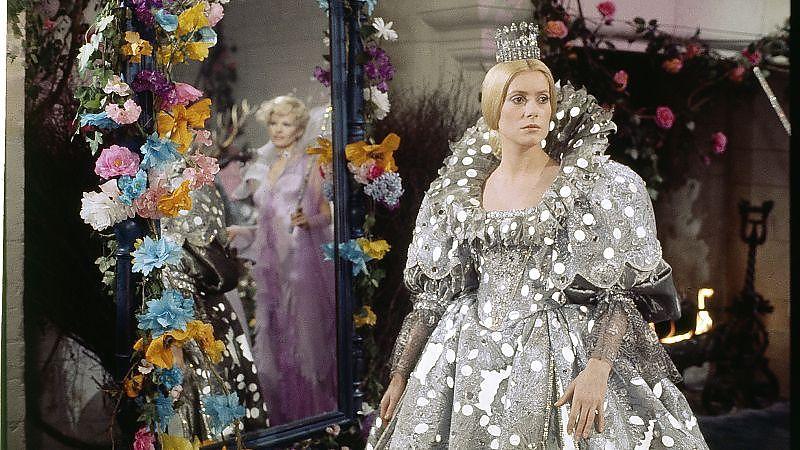 Eselshaut (1970): Die Prinzessin (Catherine Deneuve) im Kleid des Mondes – ein Geschenk des Vaters / © Studiocanal