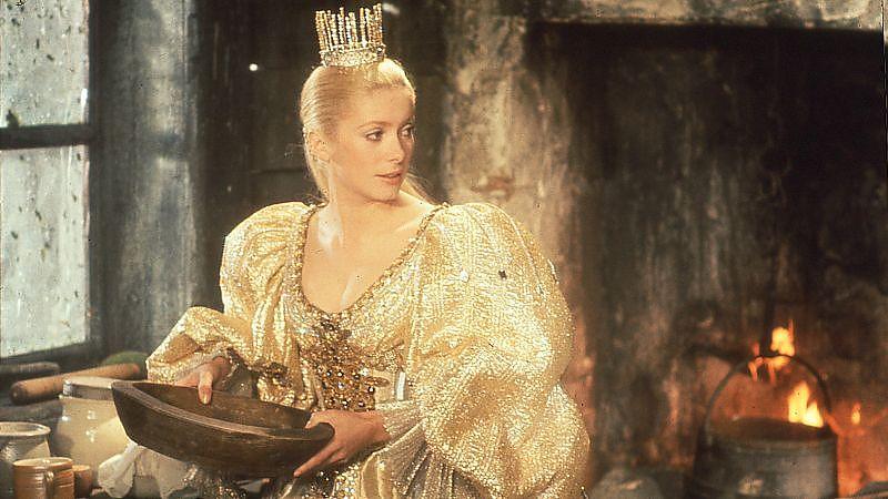 Eselshaut (1970): Die Prinzessin (Catherine Deneuve) im Kleid der Sonne – ein Geschenk ihres Vaters / © Studiocanal