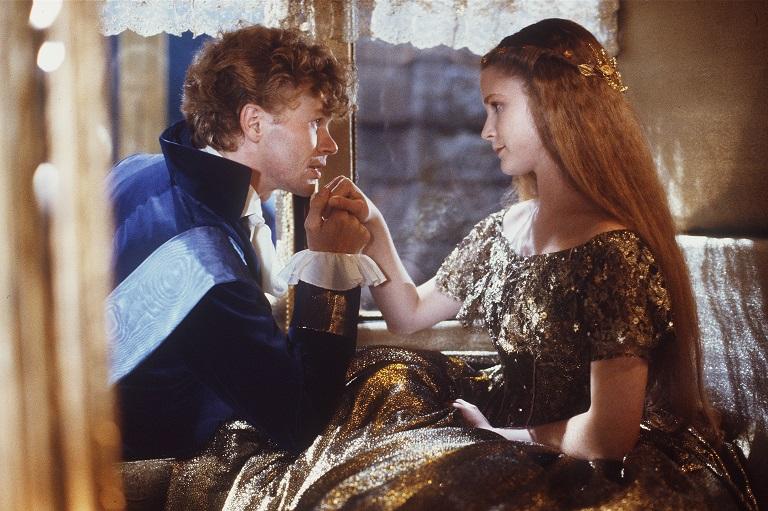Aschenputtel (1989): Der Prinz (S. Meyer-Kohlhoff) empfängt die Titelheldin (P. Vigna) / © ZDF/Taurus-Film