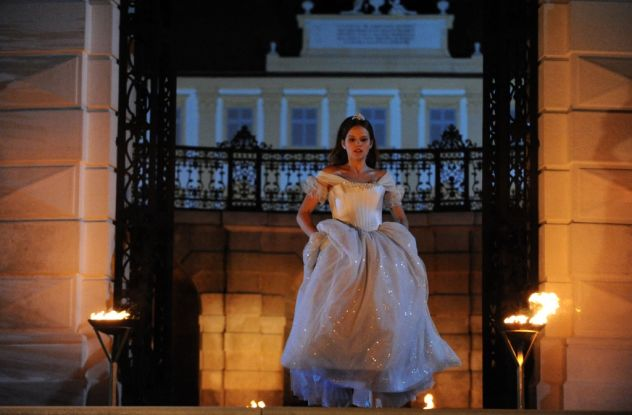 Aschenputtel (2010): Die Titelheldin (E. Schüle) verlässt vorzeitig den königlichen Ball / © ZDF/Oliver Roth