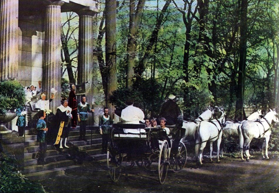 Der Froschkönig (1954): Abschiedsszene vor dem Mausoleum im Park / © Medienproduktion/Vertrieb Genschow